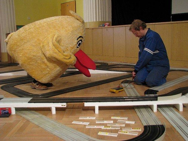 Zbyněk Poisl staví rekordní autodráhu, vedle něj je maskot sbírky Pomozte dětem