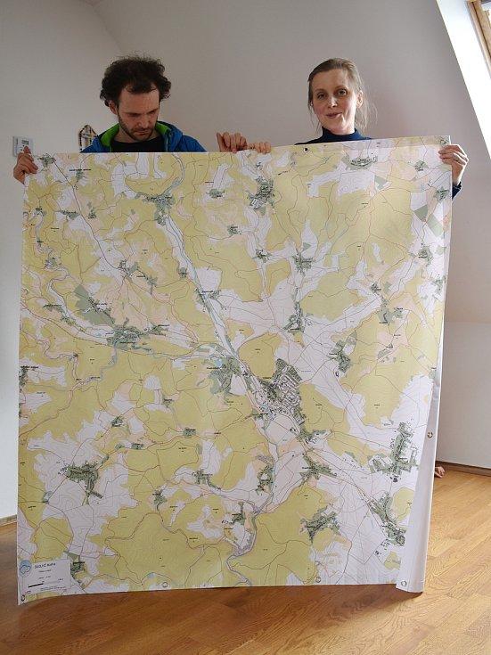 Ondřej a Zuzana Hanulíkovi s mapou okolí školy.