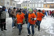 Snímky ze zábřežského recesistického závodu čtyřspřeží s lidskou posádkou