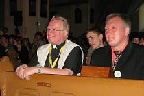 Ze setkání věřících ve Zlatých Horách, vlevo je biskub František Václav Lobkowicz, vpravo starosta Zlatých Hor Milan Rác
