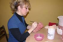 Vlastnoručně si vyrobit dekoraci do bytu nebo svým blízkým vytvořit originální dárek k Vánocům mohly ženy, které se přihlásily do keramického kurzu Základní školy v Mikulovicích