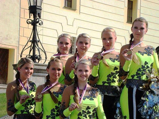 Na snímku jsou s medailemi na krku členky skupiny Eliška Indrová, Patricie Indrová, Marika Polášková, Kateřina Jakešová, Dominika Hošková, Martina Jirková a Lucie Plháková