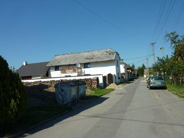 Místo po zřícených domech vMitrovicích je dnes prázdné