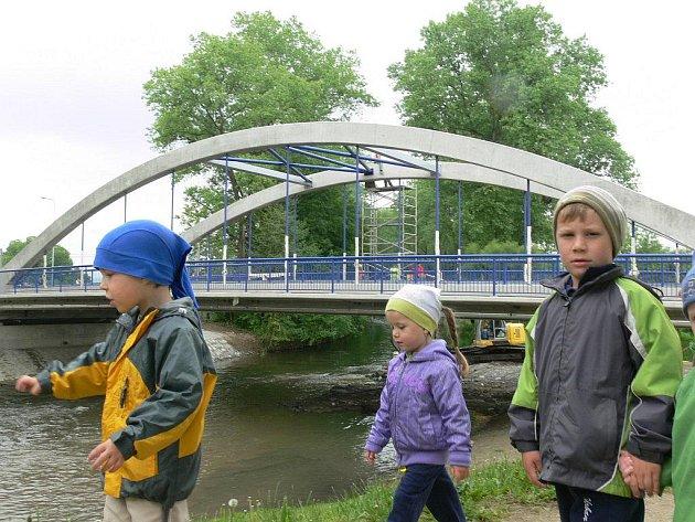 a novém mostě v Leštině je od 16. května otevřen jeden jízdní pruh