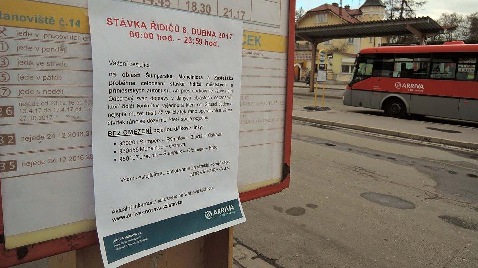 Prázdné autobusové nádraží v Šumperku. Řidiči autobusů stávkují.