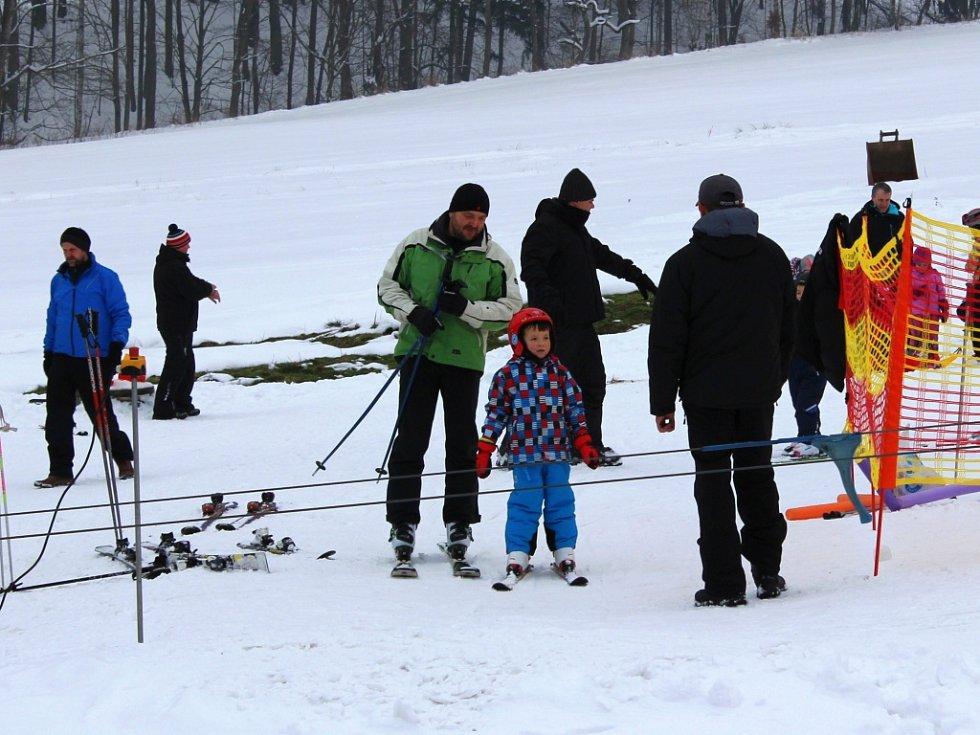 Výborné podmínky aktuálně panují i v Hraběšicích, které leží jen sedm klimoetrů od Šumperku. V sobotu tady si sem přišla zajezdit spousta lidí.