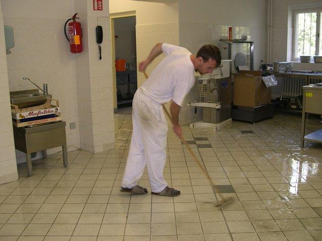 Dotovaná místa  podporovaná penězi Evropské unie přinesla dvanácti lidem zaměstnání v kuchyni Armády spásy.
