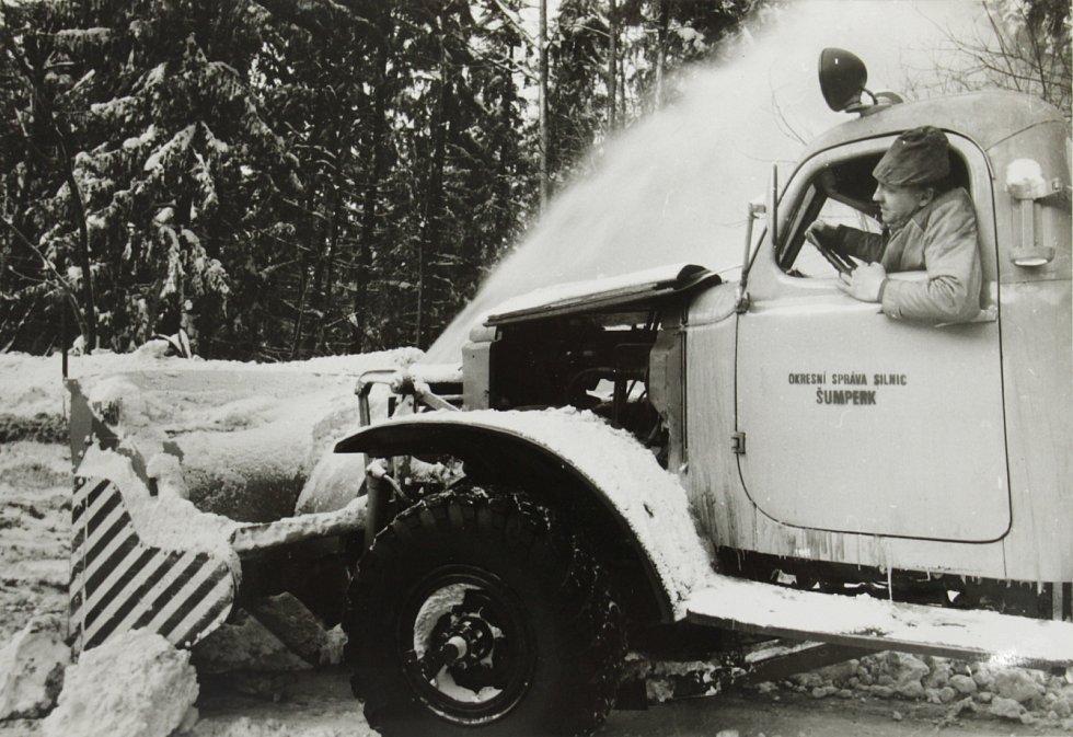 ovětská fréza ZIL se potýká s přívaly sněhu na Červenohorském sedle. Řídí Antonín Šotola.