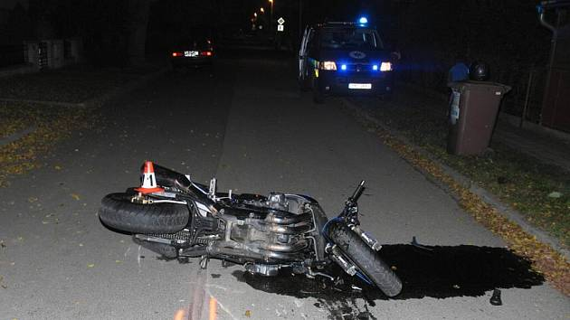 Nehoda motorky a osobního vozu se stala 31. října v Šumperku na křižovatce ulic Bludovská a Čermákova