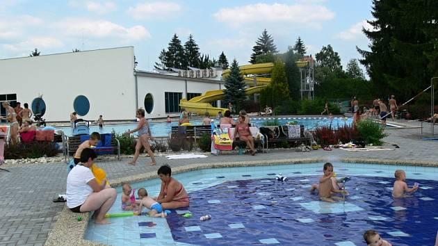 V plaveckém areálu v Zábřehu je v provozu dětský bazén a brouzdaliště, dospělí si musí chodit zaplavat do krytého bazénu.