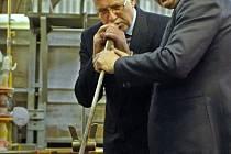 Ještě před dvěma lety se rapotínští skláři svou dovedností chlubili prezidentu Václavu Klausovi, který do podniku zavítal při návštěvě našeho regionu. Nyní má fabrika nejistou budoucnost.