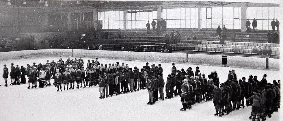 O štít únorového vítězství. První ročník turnaje mladších žáků v ledním hokeji 3.-5. března 1972, slavnostní zahájení