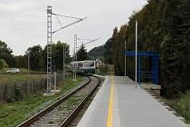Nová železniční zastávka u zámku ve Velkých Losinách.