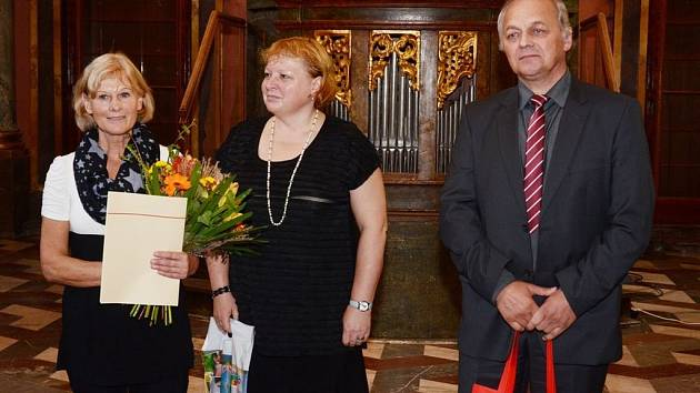 Starosta Vikýřovic Václav Mazánek s knihovnicí Květoslavou Havlíčkovou poté, co z rukou ministra kultury Daniela Hermanna převzali diplom v soutěži Knihovna roku.