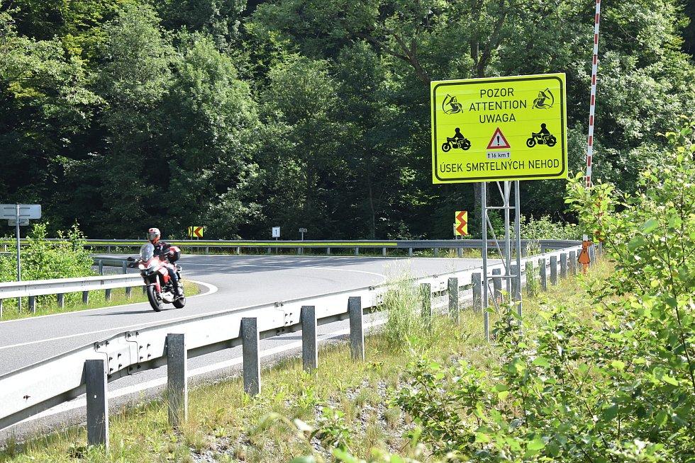 Cedule se smrtkou v Koutech nad Desnou varující motorkáře před riskantní jízdou.