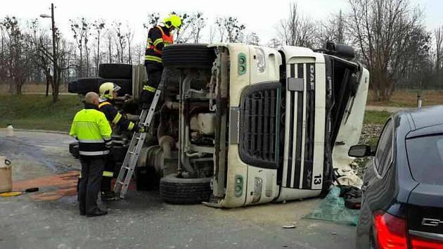 Silnici v Mohelnici směrem na Úsov zablokoval převrácený nákladní automobil