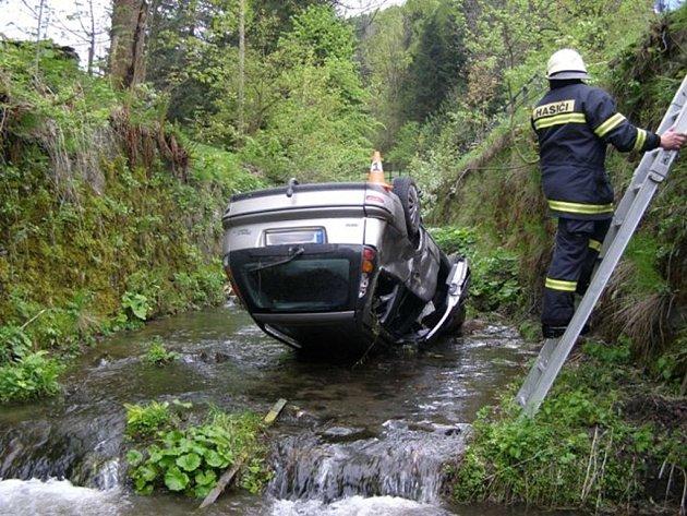 Na střeše v korytě potoka skončil v úterý 14. května řidič fiatu, který projížděl Horním Údolím u Zlatých Hor a nevěnoval se řízení.