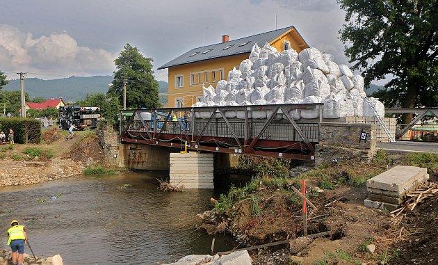 Unikátní destruktivní zkouška ČVUT Praha. Ke zklamání vědců most zátěž 455t vydržel.