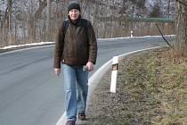 Podél Rejvízské ulice v Jeseníku chybí chodník.