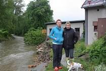 Marie Kopecká (vlevo) u svého domu v Mikulovicích.