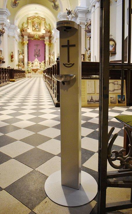 Bezdotykový automatický stojan na svěcenou vodu v kostele sv. Bartoloměje v Zábřehu.