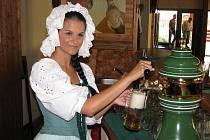 Jana Marešová čepovala v šumperské Pivnici Holba pivo