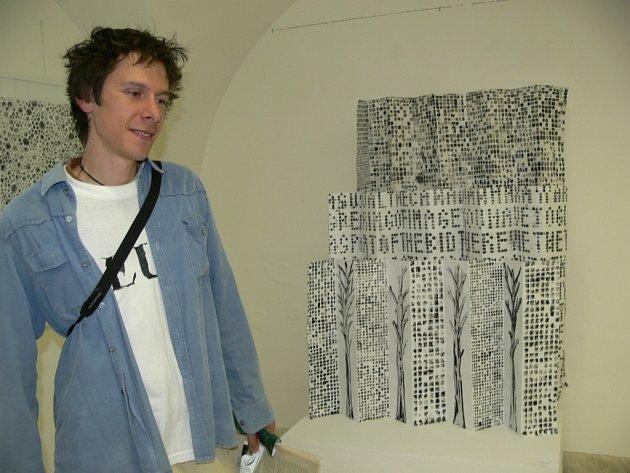 Výtvarník, divadelník a básník Aleš Kauer před jedním ze svých děl, která prezentuje na výstavě v Galerii Jiřího Jílka v Šumperku.