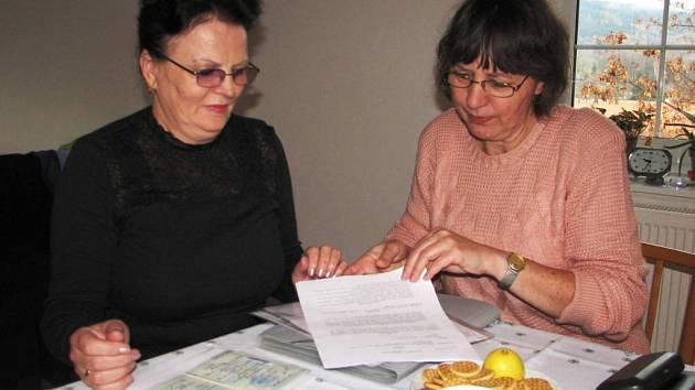 Asistentka Milena Žingorová (vpravo) probírá s Valentinou Pestru dokumenty, které jsou zapotřebí při vyřizování na úřadech.