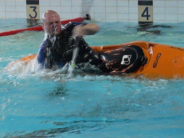 Sobotní dopoledne 19. února patřilo na bazénu v Šumperku krajskému kolu mistrovství republiky v eskymáckých obratech