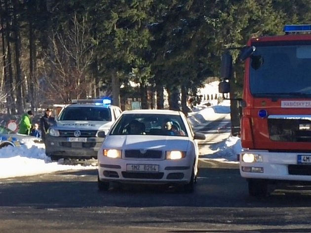 Policisté ve spolupráci s hasiči museli z lyžařského střediska na Ramzové kvůli anonymní hrozbě bombou evakuovat tři stovky lidí.