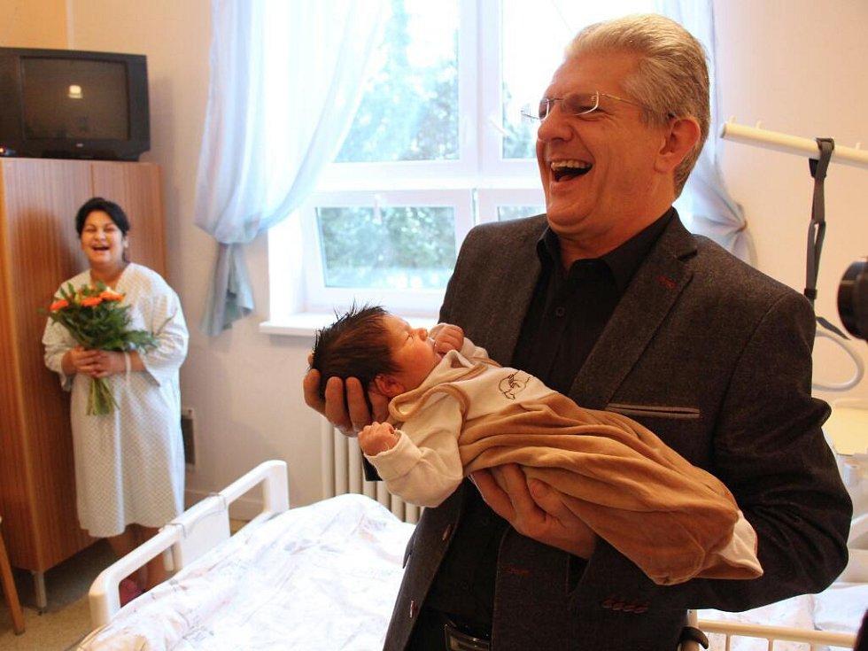 Prvního letošního novorozence v kraji, Rostislava Zouhara, navštívil v úterý 3. ledna hejtman Oto Košta