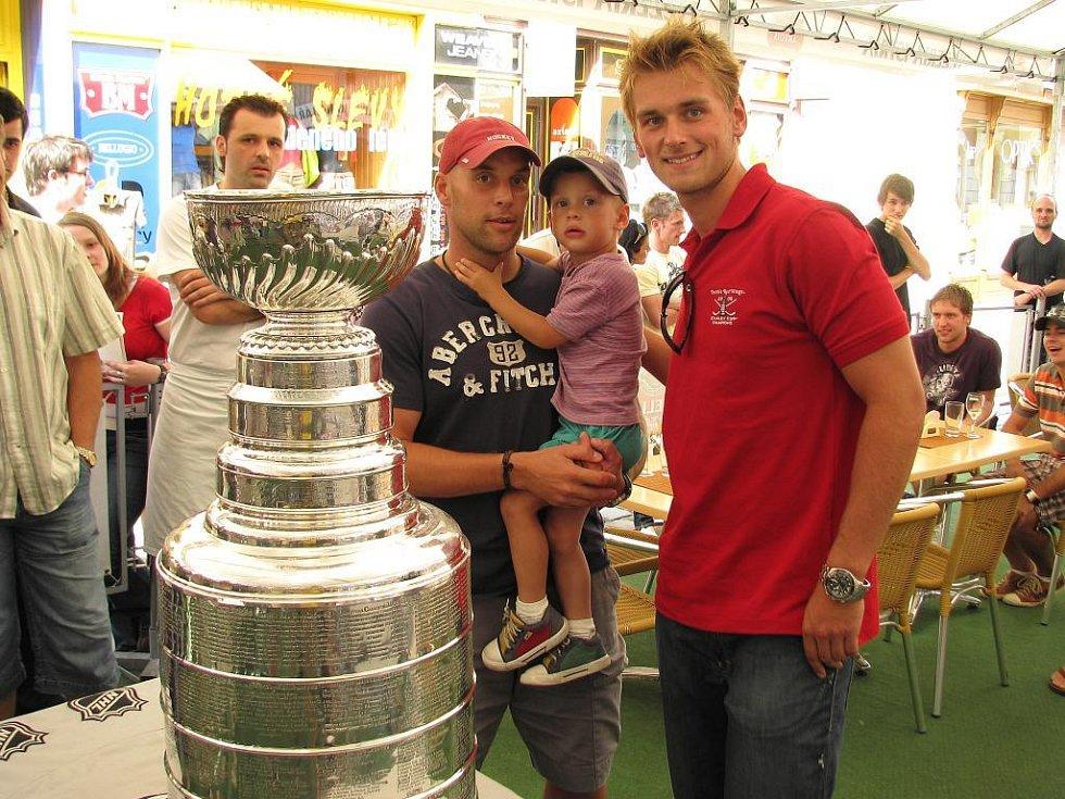 Šumperský hokejista Jakub Kindl přivezl ukázat do rodného města slavnou trofej pro vítěze NHL.