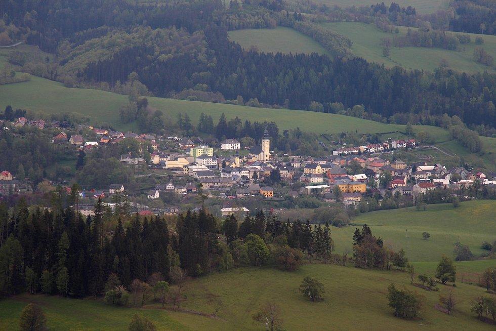 Rozhledna Stříbrná Twiggy mezi Hynčicemi pod Sušinou a Stříbrnicemi na Šumpersku. Pohled na Staré Město.