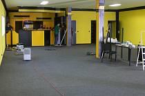 menší hale textilky Hedva je před dokončením nová dráha pro motokáry i s potřebným zázemím.