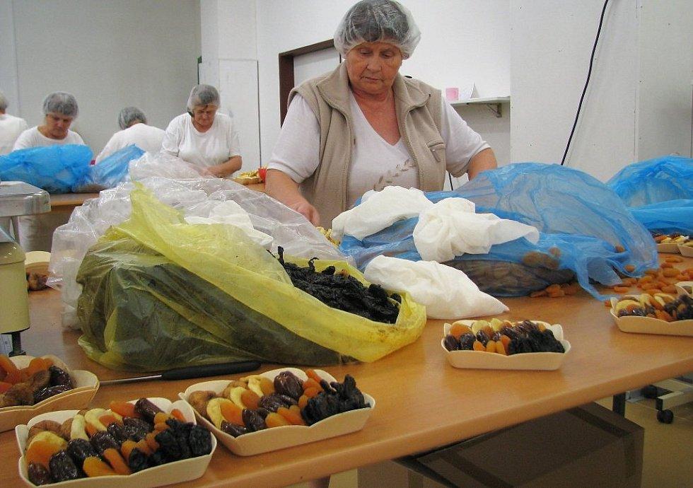 V chráněné dílně Reparto v Lošticích letos připravili 285 tisíc košíčků sušeného ovoce, které ozdobí vánoční stoly především v Rakousku. K dostání ale budou i u nás a na Slovensku.