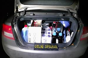 Celníci na Jesenicku zadrželi muže převážejícího tisíce tablet léků a chemikálií na výrobu pervitinu.