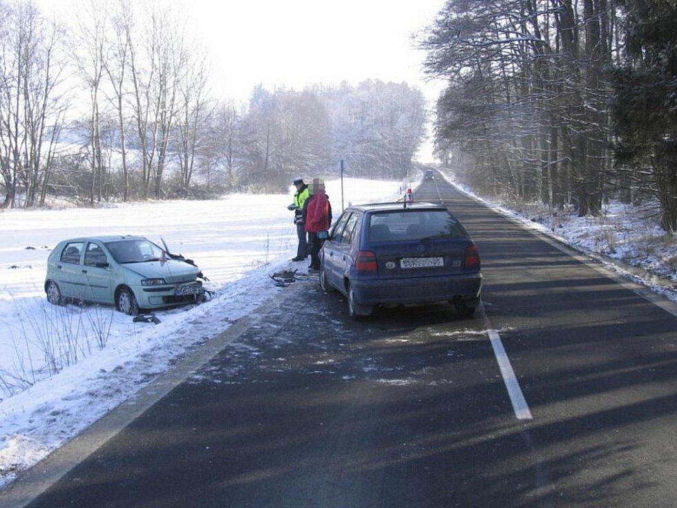 Lehkým zraněním čtyřiatřicetileté řidičky skončila 31. ledna odpoledne dopravní nehoda na silnici mezi Novým Malínem a Hrabišínem