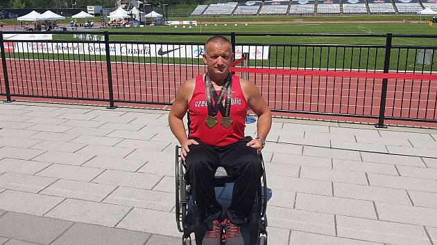 Dušan Ščambura s medailemi z Montrealu.
