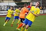 Fotbalisté Šumperku (ve žlutém) remizovali s Novým Jičínem 1:1. Lukáš Neuer (vpravo)