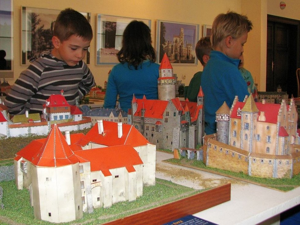Kouzlo papírových modelů hradů a zámků přibližuje výstava v Hollarově galerii Vlastivědného muzea v Šumperku. Zájemci mají poslední šanci si ji prohlédnout, a to do neděle 6. listopadu.