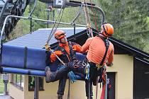 Hasičské cvičení - evakuace osob z lanové dráhy v Přemyslově