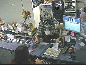 Dosud neznámý muž míří na Janu Hniličkovou nožem (záběr bezpečnostní kamery)