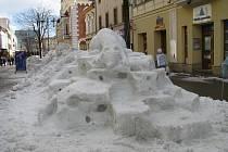 Sněžné opusy vytvořily v centru Šumperka studentky průmyslovky, pomohli i učitelé