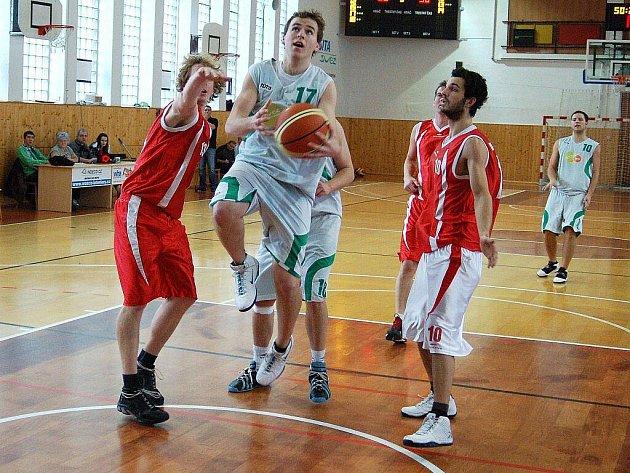 Šumperští basketbalisté (bílé dresy) v utkání s Mohelnicí v hale Tyršova stadionu