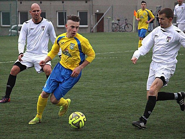 Fotbalisté Šumperku (ve žlutomodré) proti Pelhřimovu