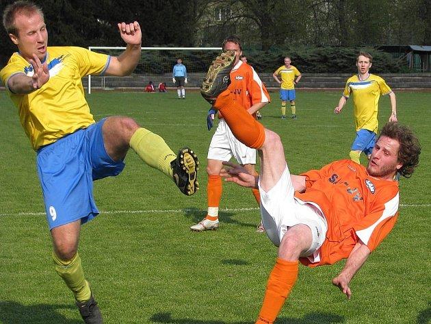 Petr Sitta (vpravo) v nedělním utkání těsně před tím, než si poranil kotník a musel odstoupit.