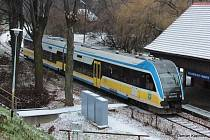 Polský vlak na zastávce Glucholazy Miasto.