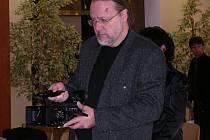 Luboš Hlavsa natáčí záběry do dokumentu o projektu Rybova mše vánoční