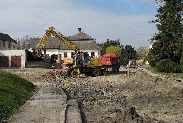 Frekventovanou křižovatku ulic Třebovské, Okružní a Sadové, které místní říkají U Bruse, začala stavební firma měnit na kruhový objezd.