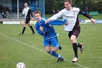 Fotbalisté Losin remizovali s Rýmařovem (modré dresy)